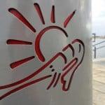 Das neue Büsum Logo findet sich im ganzen Ort wieder. Egal ob Mülleimer, oder Wegweiser.